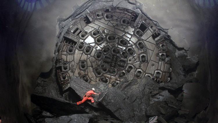 Un minero trepa por una roca durante la construcción del túnel en la sección Sedrun-Faido, 23 de marzo de 2011.