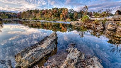 Fotografía del río con aguas cristalinas