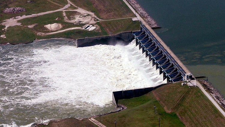 Por primera vez en la historia: se desborda la principal presa de Houston a causa del Harvey