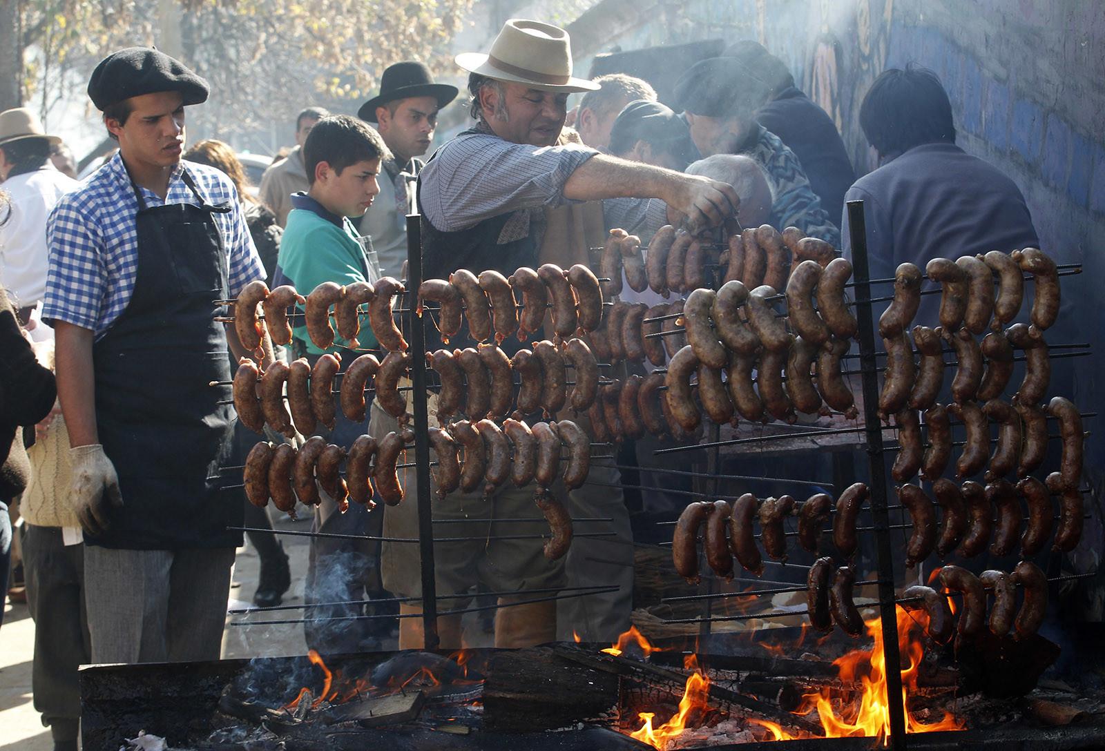 Feria de mataderos el visitante es recibido por el sabroso e inconfundible olor a asado preparado al aire libre tiendas de finas artesan as de cuero y