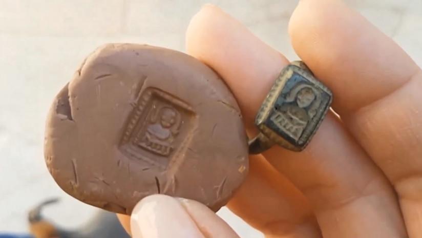 FOTO Y VIDEO: Jardinero israelí halla anillo de 700 años de antigüedad con la imagen de San Nicolás