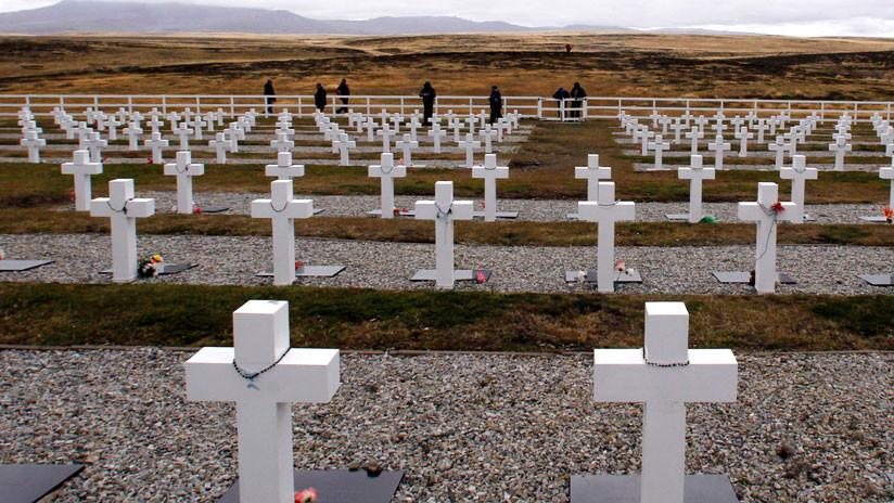 Fecha histórica: Familiares de los caídos en las Malvinas visitan el cementerio de Darwin