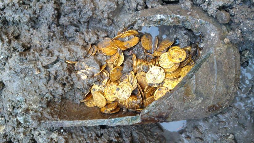 FOTOS: Descubren cientos de monedas de oro de la época romana en un antiguo teatro italiano
