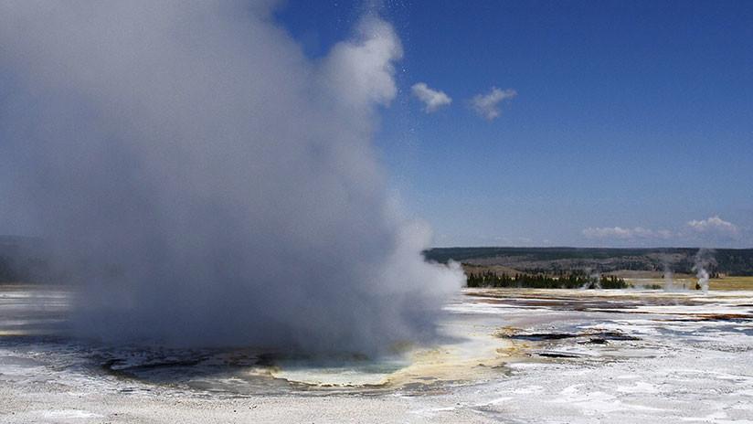 """FOTO: Un géiser que entró en erupción en Yellowstone lanzó al aire basura de origen """"histórico"""""""