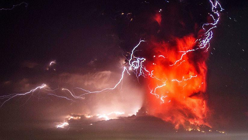 FOTO: Imagen de erupción de volcán envuelta en rayos gana un premio internacional de fotografía