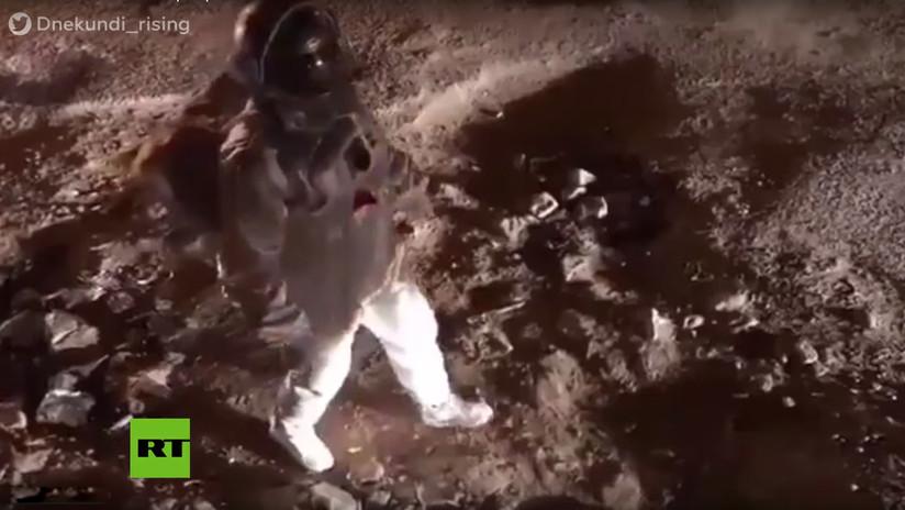 VIDEO: La 'caminata lunar' de un artista para denunciar baches se hace viral y surte un efecto inmediato