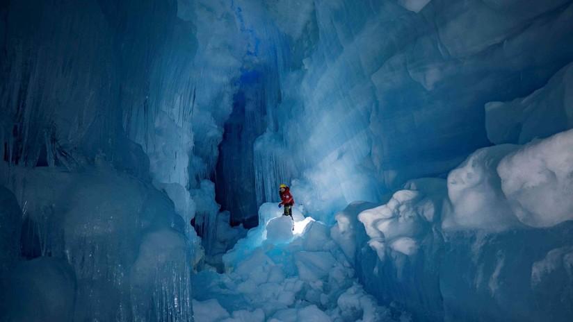 """FOTOS: Reencuentran en la Antártida una gigantesca cueva """"pérdida"""" con ríos y lagos en tres niveles"""
